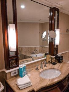 Shangri-la hotel bathroom